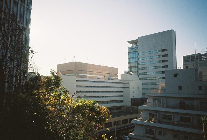 Ricoh GR1s+KodaK Ultramax400偽 東京いい道 しぶい道 三田聖坂 二本榎通り いまは第一京浜ぞいの高層ビル群に隠れて 芝浦方面の景色はまるで見えない