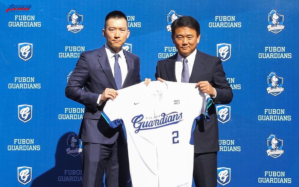 富邦領隊蔡承儒(左)、總教練洪一中。(賴柏安/攝)