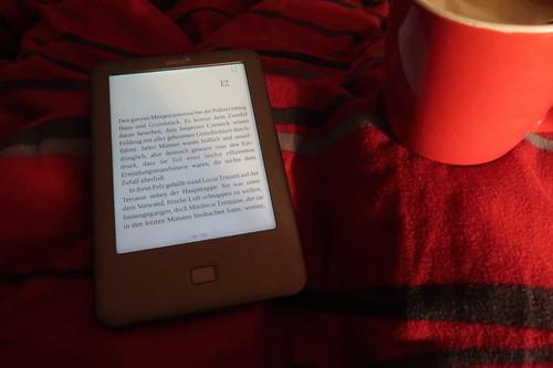 """Kaffee zur gemütlichen Fortsetzung der Lektüre des Kriminalromans """"Ein Mord zu Weihnachten""""  morgens im Bett"""
