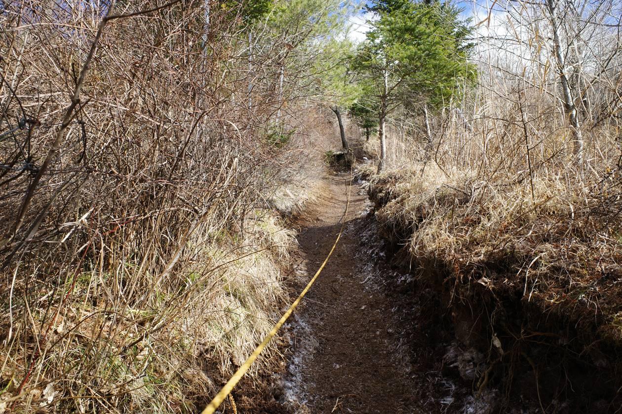 石割山のロープが設置された急斜面