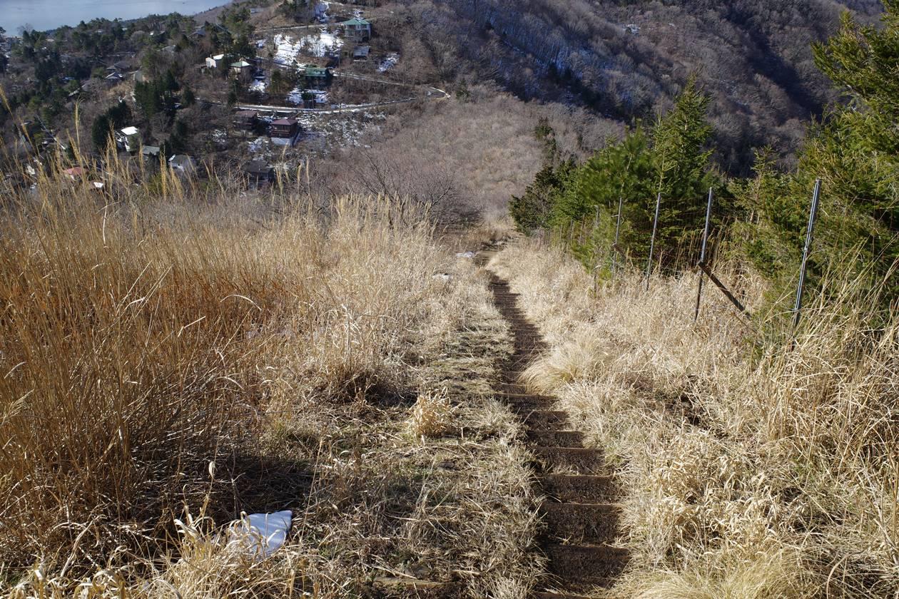 平尾山から大平山の下りの階段