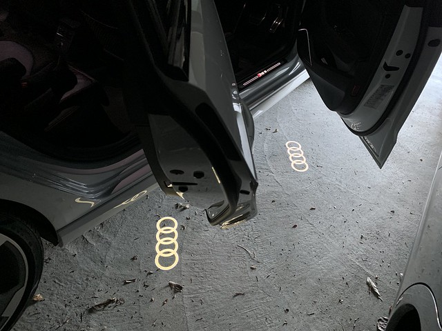 Audi 純正 Four Rings ドアエントリーライト (カーテシーランプ)
