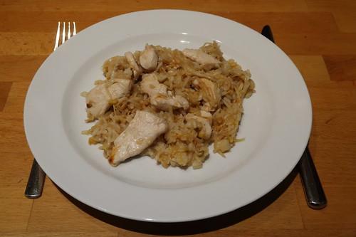 Hähnchenstreifen mit Mungosprossen, Honig, Reis und Sojasoße zu einem asiatisch anmutenden Pfannengericht verarbeitet