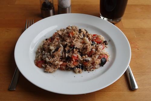 Thunfisch, schwarze Oliven, Schalotte, Tomaten und Reis zu einem schmackhaften Pfannengericht verarbeitet