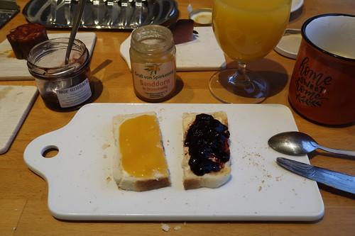 Sandorn in Honig und Holundergelee auf Toast