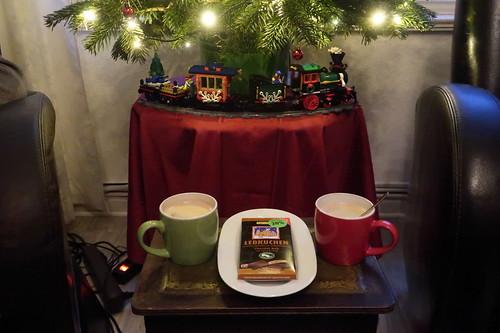Vegane Zartbitterschokolade mit Lebkuchengewürz zum Nachmittagskaffee unterm Weihnachtsbaum