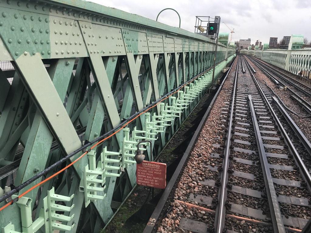 Putney Bridge, LU/NR boundary gap
