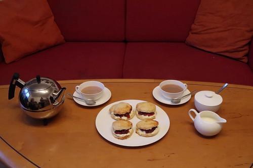 Scones mit Clotted Cream und East Anglian Strawberry Conserve zum englischen Tee