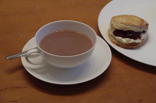 Meine Tasse Englischer Tee mit Milch und Zucker zu meinem ersten Scone