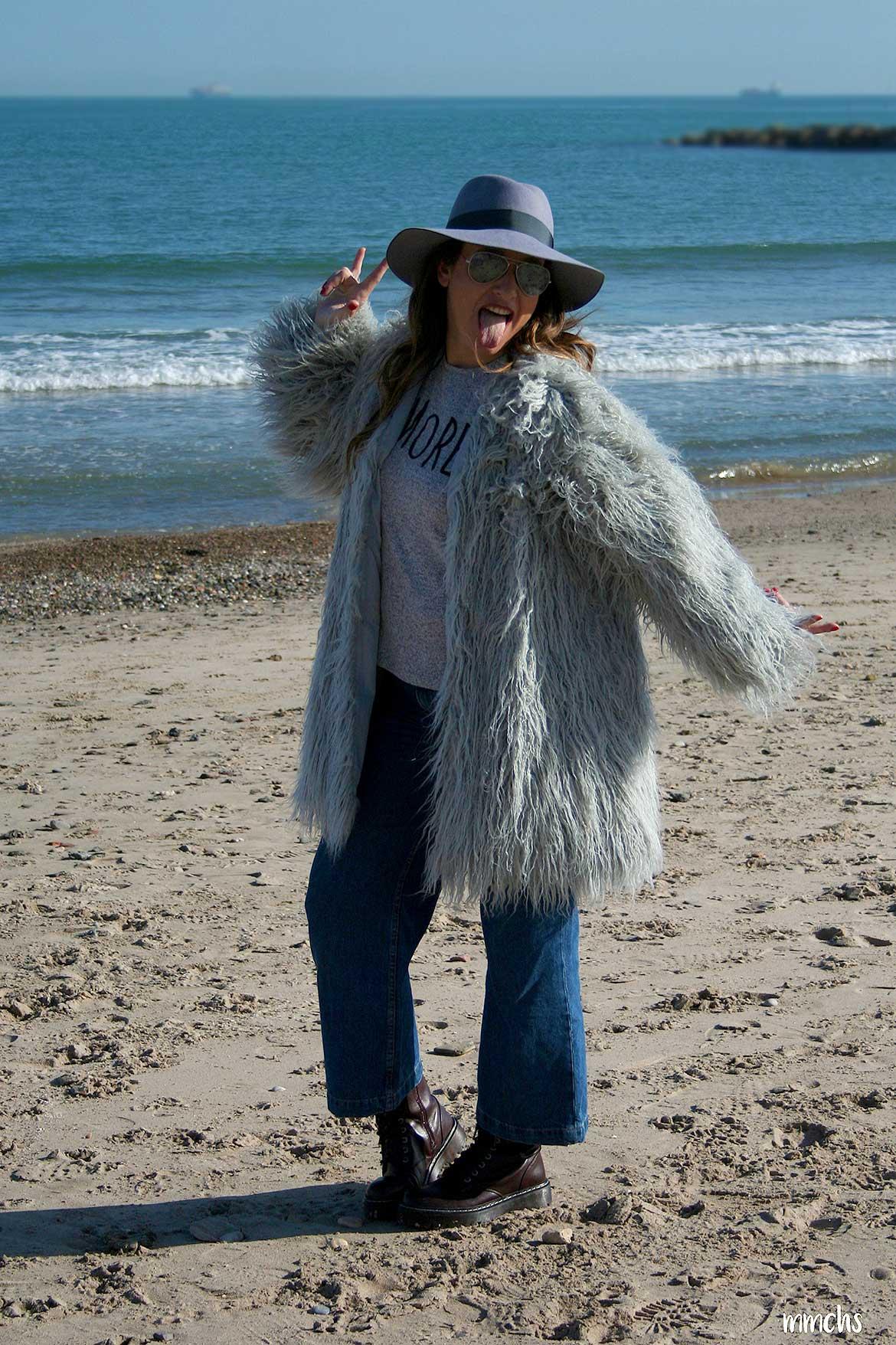 Look de mujer con chaqueta de pelo gris y sombrero de ala ancha