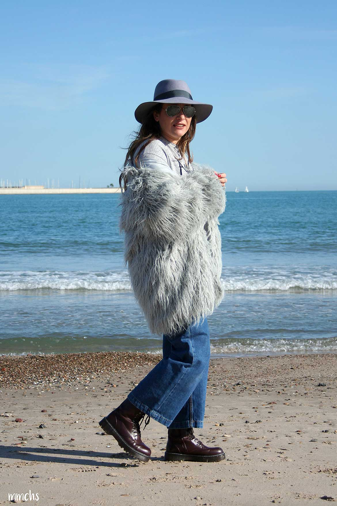 Look de mujer de invierno con chaqueta de pelo gris