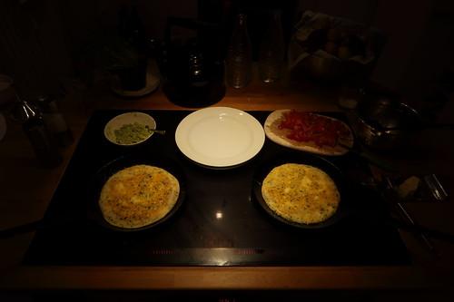 Koriander-Omelett mit Tomaten-Avocado-Füllung (Zubereitung)