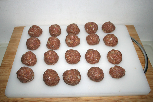 26 - Hackbällchen formen / Form meatballs