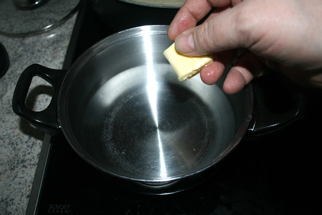 43 - Butter in Topf geben / Put butter in pot