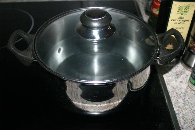 25 - Topf mit Wasser aufsetzen / Bring water in pot to a boil