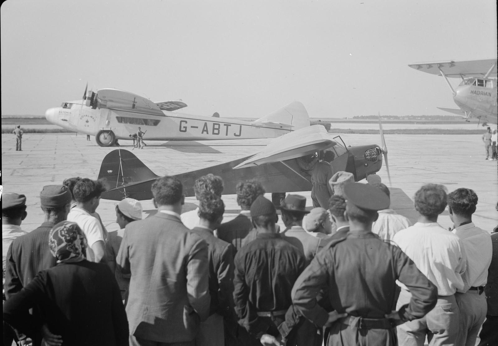 13. Зрители наблюдат за подготовкой самолетак показательному полету