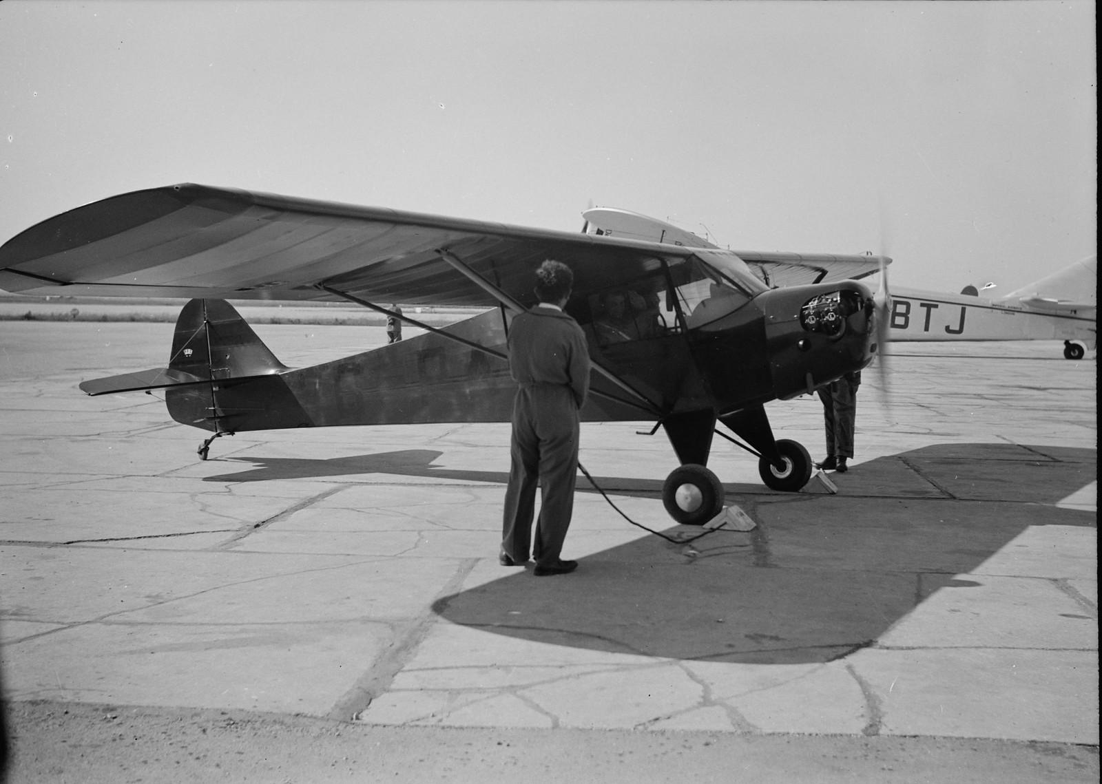 12. Самолет готовят к показательному полету