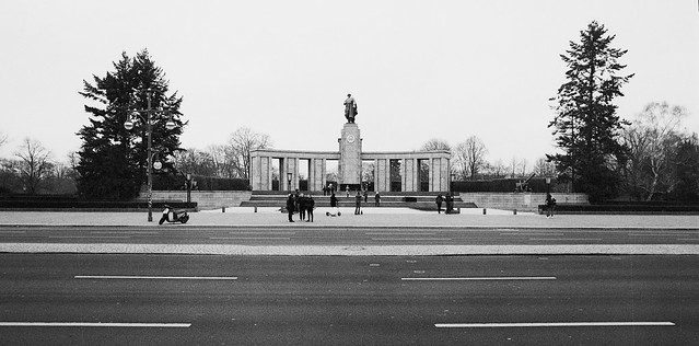 Caffenol: Sowjetisches Ehrenmal - den røde hærs monument i Tiergarten