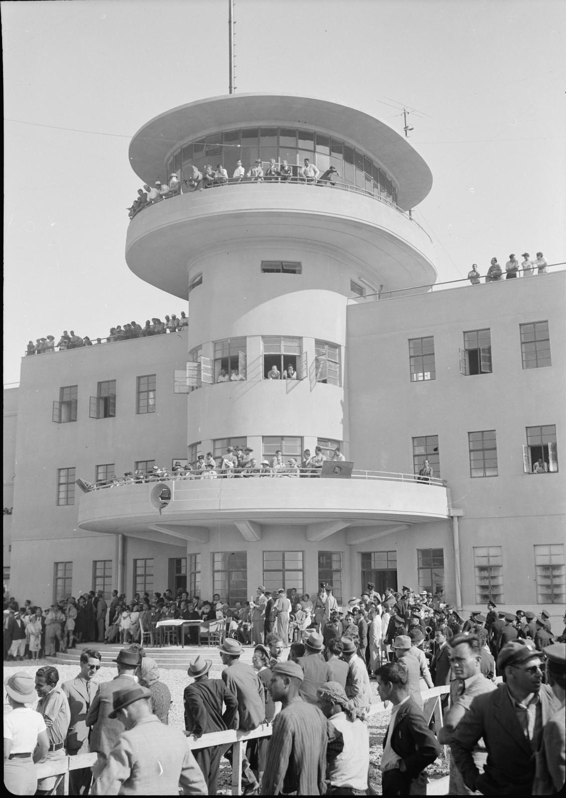 04. Центральная часть здания аэровокзала. Верховный комиссар Палестины на балконе