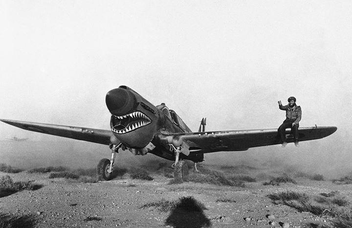 warhistoryonline: Kittyhawk Mark I fighter with the RAF 112 Squadron taxiing through the scrub of the Libyan desert, 2 avril 1942. L'équipier sur l'aile aide à guider le pilote dont la vue est obscurcie par le nez levé de l'avion. https://wrhstol.com