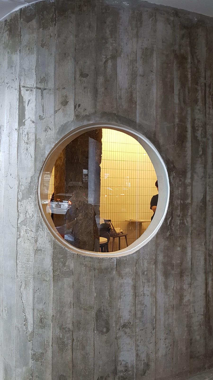 หน้าต่างวงกลม ARCH Cafe - คาเฟ่ติด บีทีเอส ปุณณวิถี