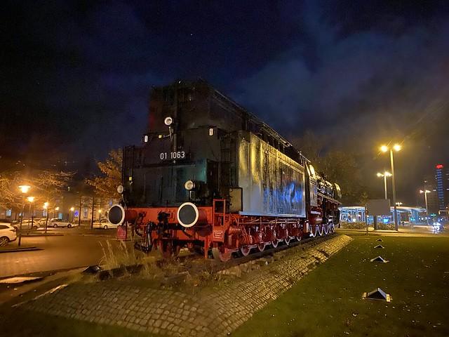 Lok vor dem Braunschweiger Bahnhof.