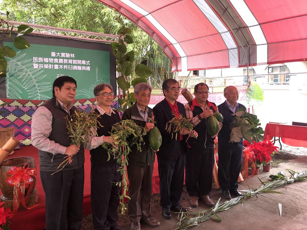 剪綵以樹豆、木瓜、高麗菜為代表,說明不同時期由不同政權引入台灣的植物。攝影:廖靜蕙