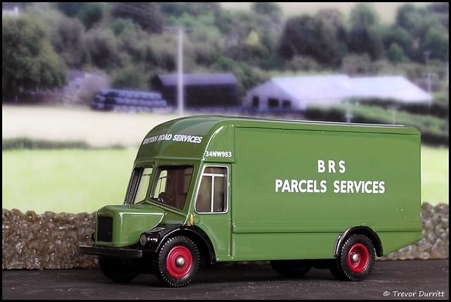 Lledo Trackside DG174000 BMC VA Noddy Van in BRS Parcels Services Livery P4160024