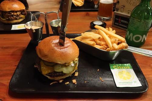 Bissmark's Classico Burger und Bissmark Fries mit Guacamole-Dip sowie Bissmarck-Sauce