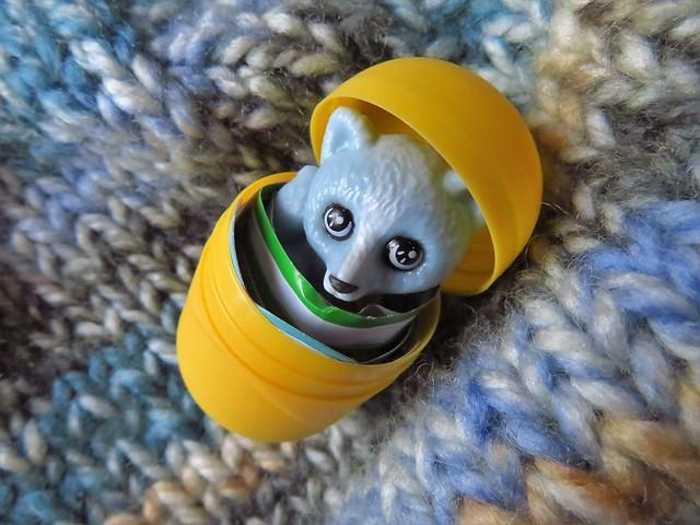 Ein kleiner Polarfuchs (Vulpes Lagopus) im Kinder-Überraschungsei ...