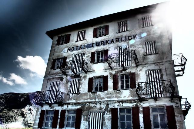 P8148496...ehemaliges Hotel Furka Blick...auf dem Pass zwischen zwei Welten...