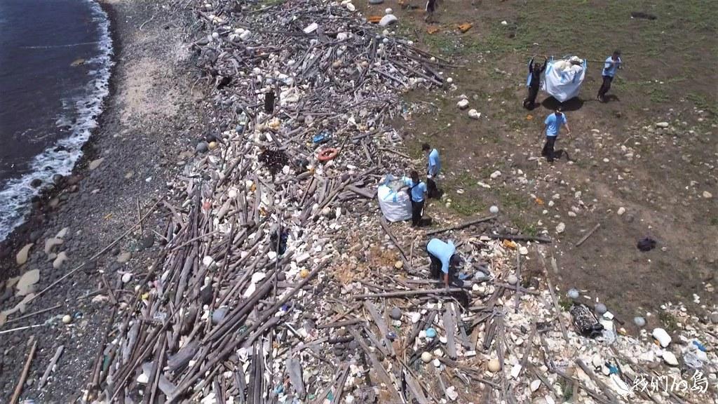 全球每年有八百萬噸塑膠垃圾,從陸地進到海洋。