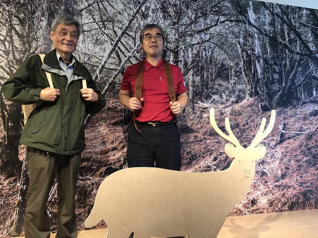 南澳泰雅耆老製作的獵人袋,使用薯榔染色具有科學智慧。圖為玉山國家公園管理處長鍾銘山(左)與台大實驗林管理處長蔡明哲示範使用揹包。攝影:廖靜蕙