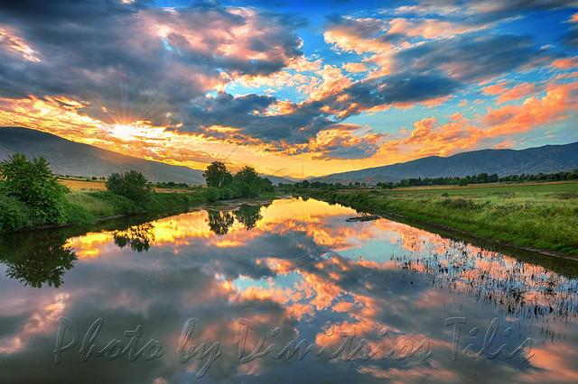 Χριστὸς ἐφάνη, ἐν Ἰορδάνῃ, ἁγιάσαι τὰ ὕδατα.                                                                                                                           Christ appeared, at river Jordan, to sanctify the waters.