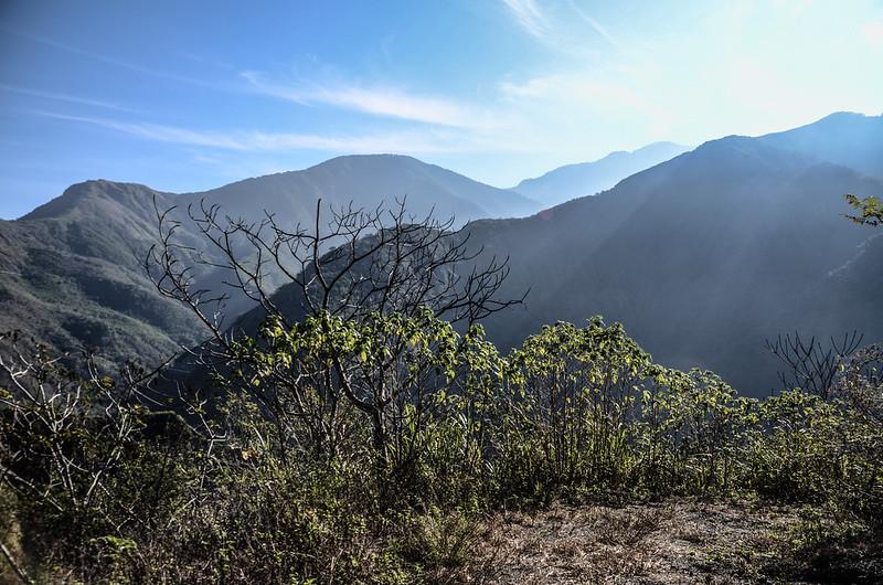 良楠山海拔1060m處東望群山