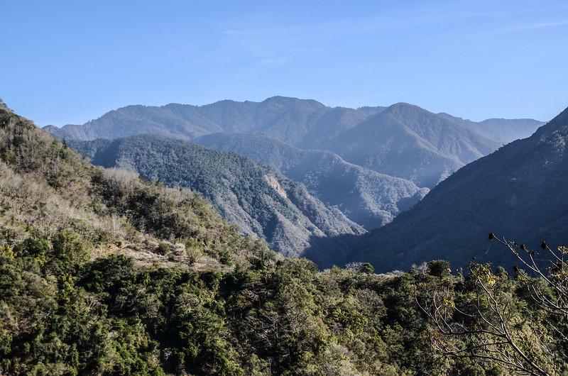 良楠山海拔1060m處東北望群山