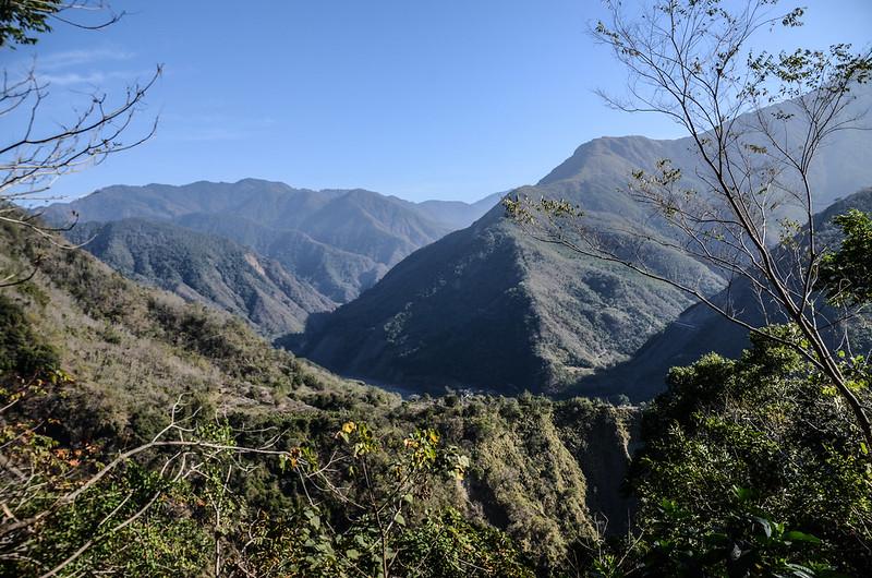 良楠山山徑登山口東北望群山
