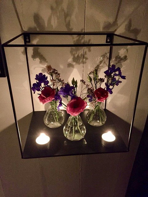 Wandbox met bloemenvaasjes