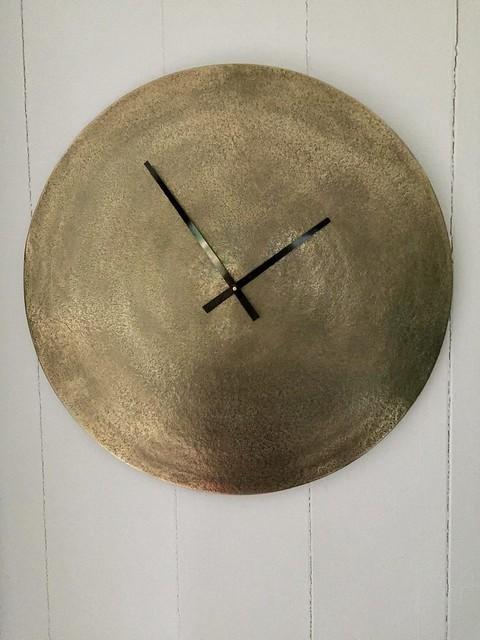 Goudkleurig klok zonder cijfers