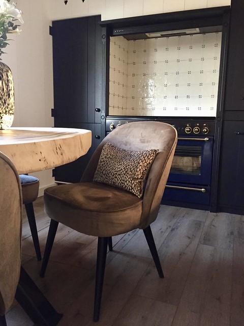 Velours stoel tijgerprint kussen zwarte keuken