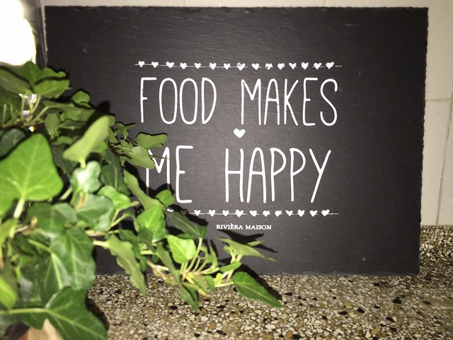 Food makes me happy bord Riviera Maison