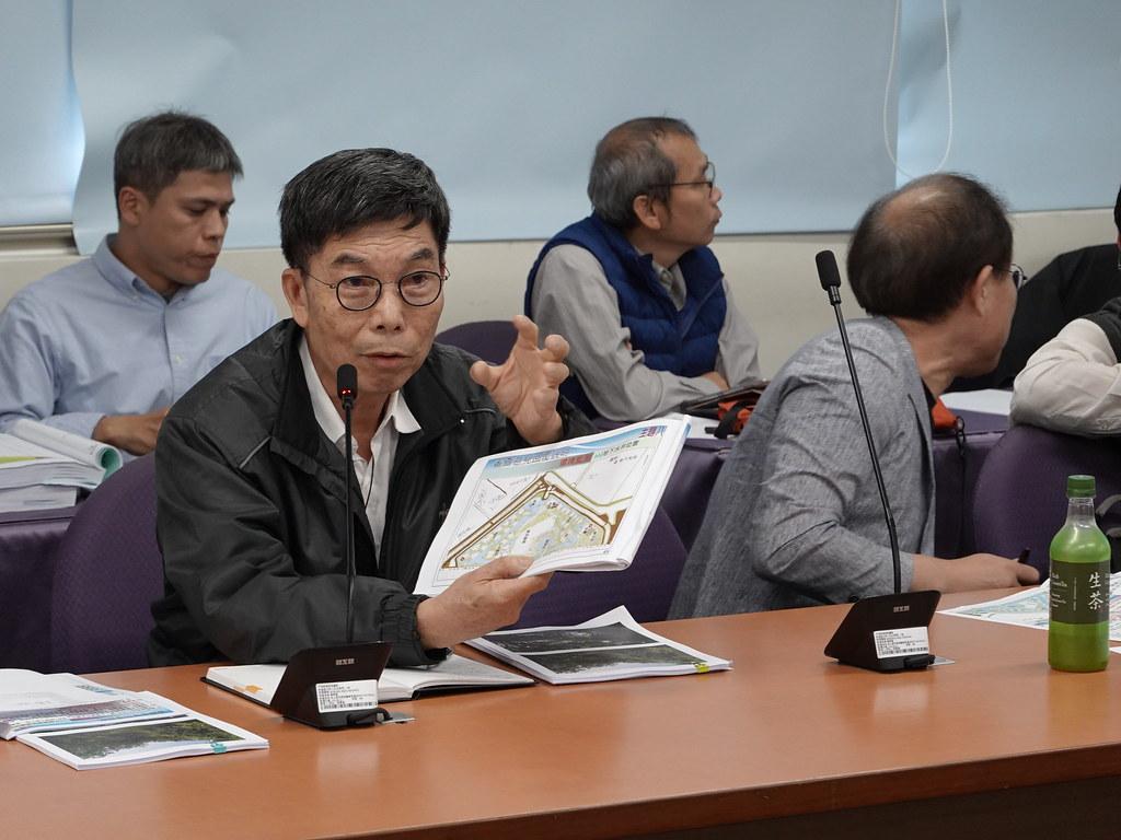 逸水立旅負責人陳聰徒向環評委員說明開發規劃。孫文臨攝