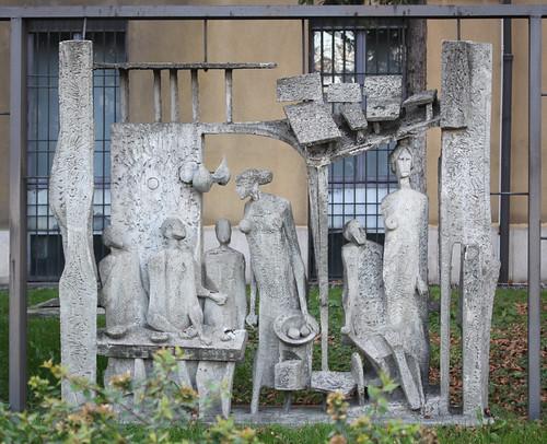 M048 Relief im Garten