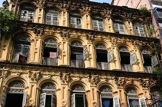 BIRMANIE  RANGOON Façade de bâtiment colonial