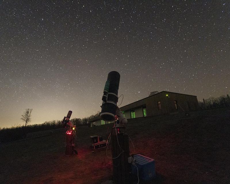 Vámosi Flórián képe : Korahajnalban a rendszerek már a tavaszi objektumok fényét gyűjtötték. Északon a vízszintesen fekvő Tejút és az északkeleten kelő Vega már jelezte, hogy lassan vége az éjszakának