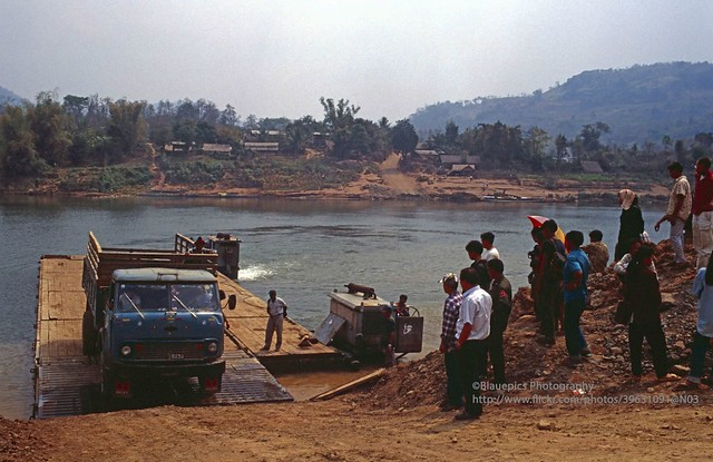 Betweeni Muang Xai and Luang Phrabang, river crossing