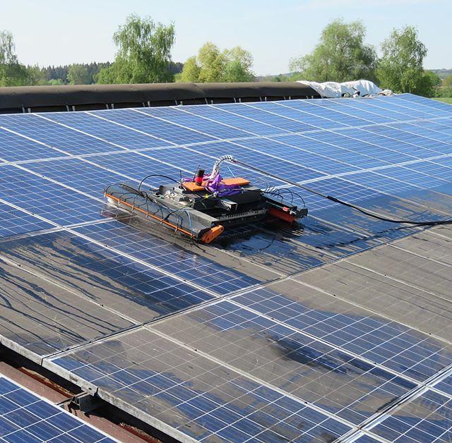 Rehfuss entwickelt Antriebskonzept von Reinigungsroboter für Photovoltaikanlagen: Im Rahmen eines Entwicklungsprojektes für einen Kunden wurde ein intelligenter Fahrantrieb für das mittels Kettentrieb agierenden Fahrzeugs entwickelt. Das Fahrzeug ist fern