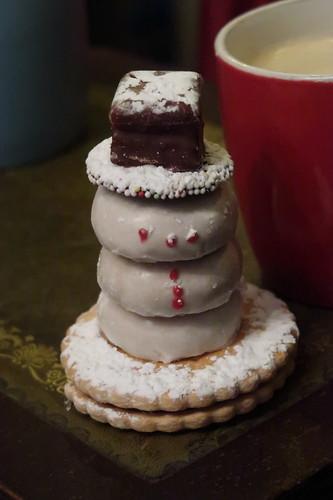 Aus typischem Weihnachtsgebäck zusammengesetzter Schneemann