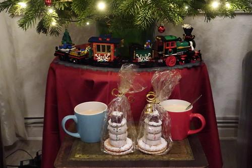 Aus typischem Weihnachtsgebäck zusammengesetzte Schneemänner zum Nachmittagskaffee