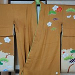 Shochikubai ocher hikizuri: Front Sleeves